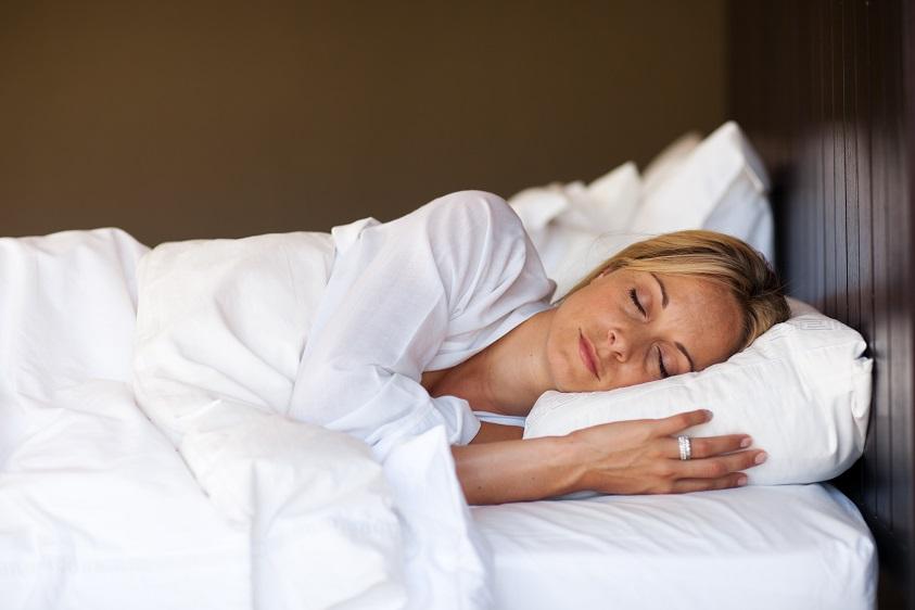Schnell einschlafen - junge blonde Frau schläft